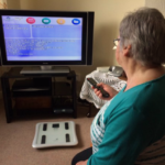 Via een tv-kanaal krijgen de ouderen advies over eten en bewegen. Foto: Cybermoor