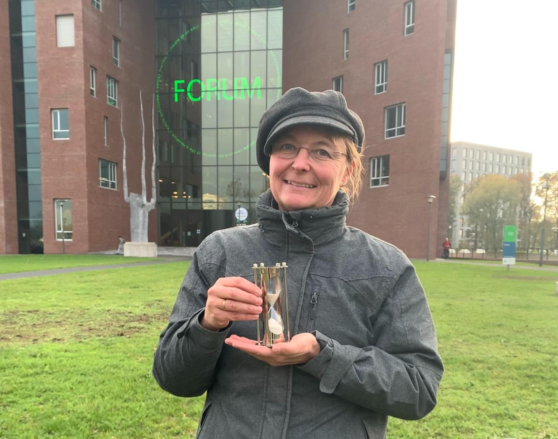 Sonja Isken neemt Zilveren Zandloper in ontvangst. Foto: Richard van Kranenburg