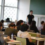 Studenten in de collegezaal met op de achtergrond de leraar