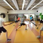 Studenten leren schermen in een sportzaal bij de Bongerd