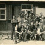 Een groep studenten, voornamelijk uit Wageningen, poseert in mei 1943 in een werkkamp van een vliegtuigmotorenfabriek in Duitsland. Achteraan in het midden staat Etienne Puylaert