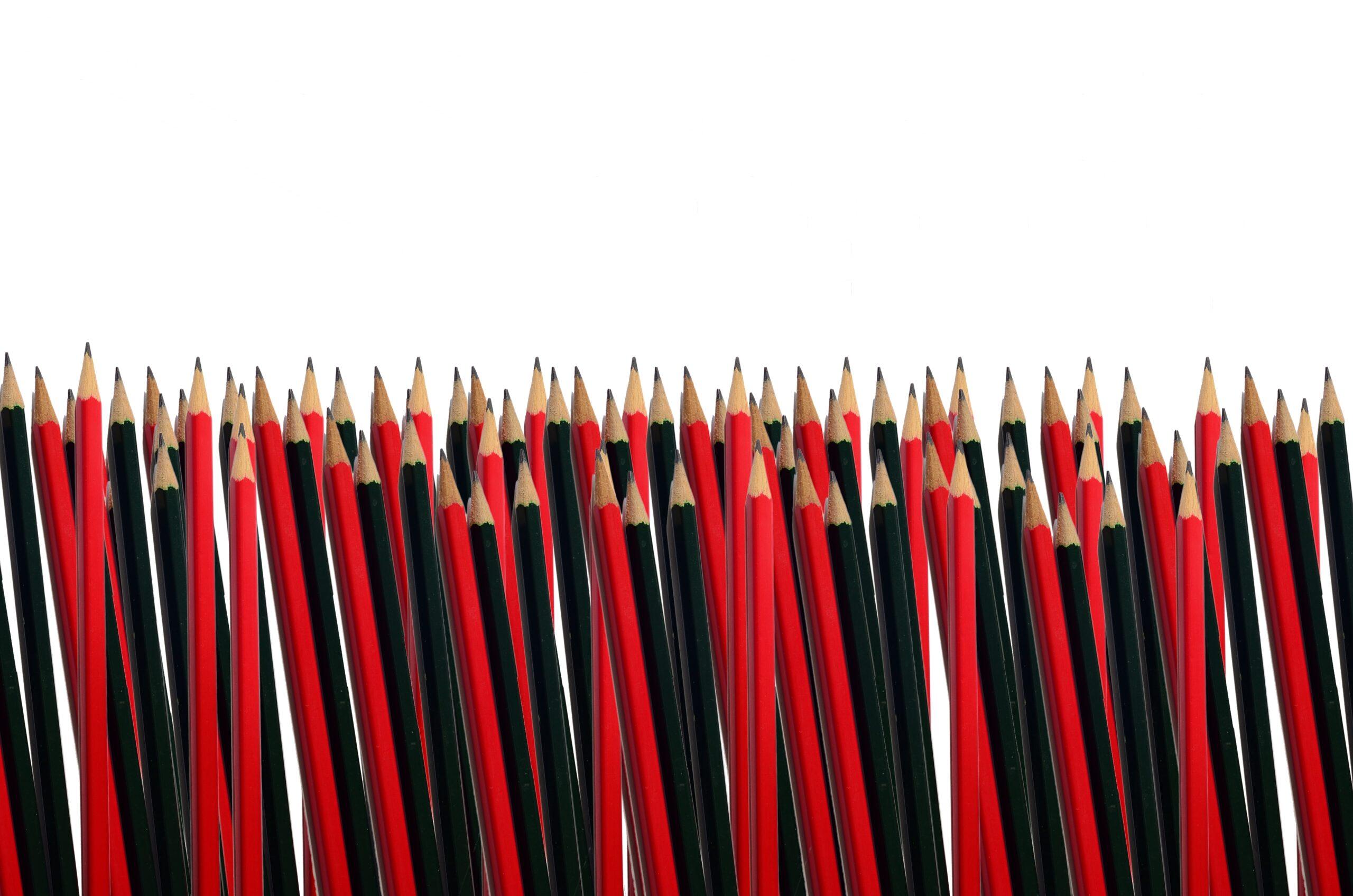 Rode en zwarte potloden