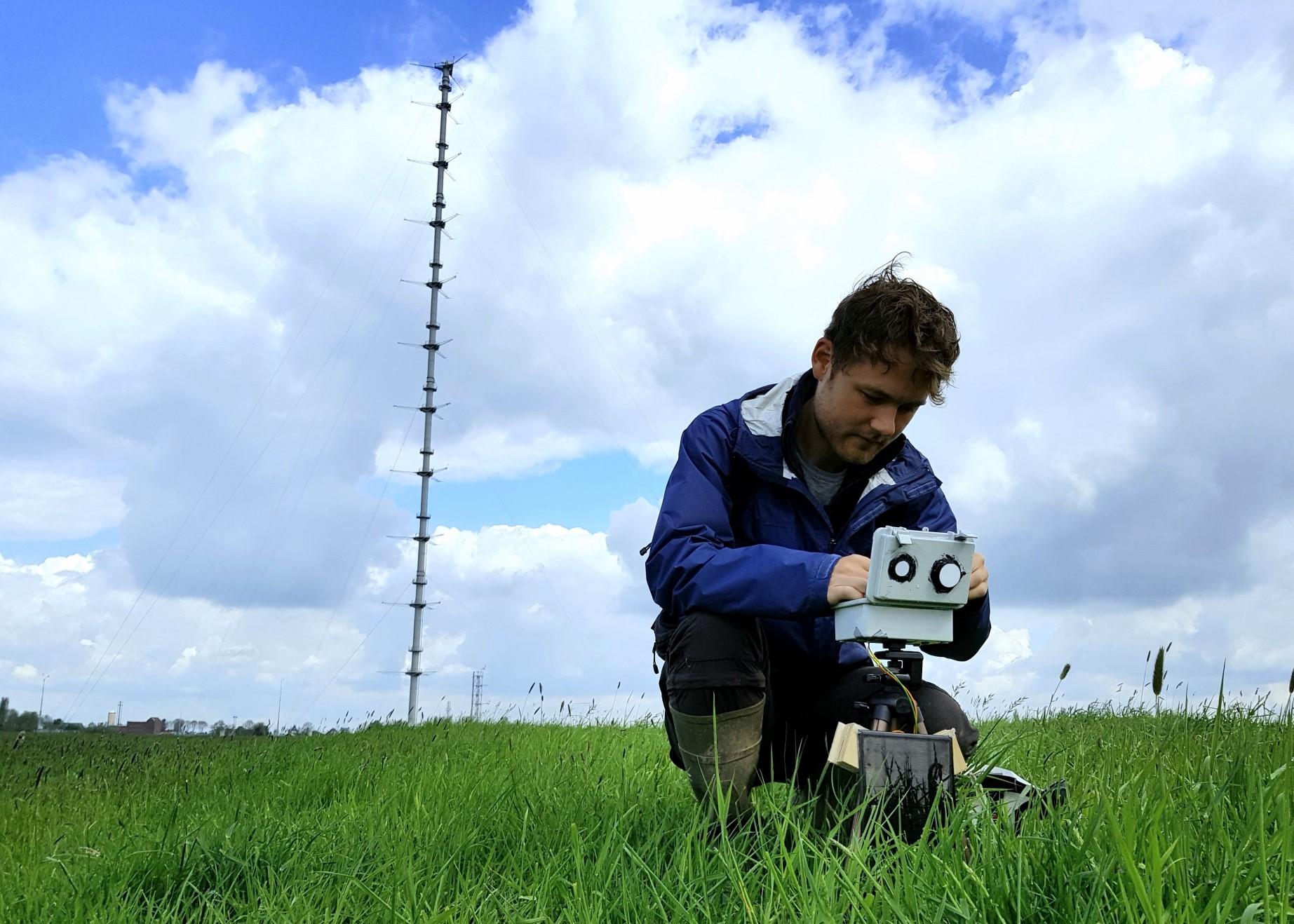 Wouter Mol controleert een van de stralingsmeters.