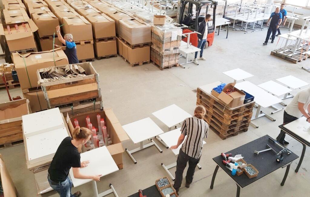 Hal met meubels die in elkaar worden gezet