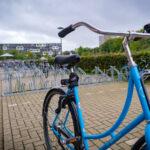 Blauwe fiets op de campus