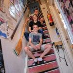 bewoners op de trap van het scheve huis