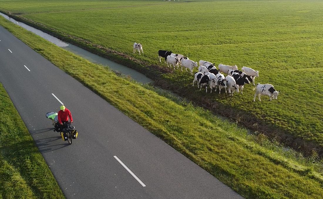 Fietsende plasticverzamelaar weer even in Nederland