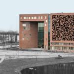 Forum met een qr-code op de gevel